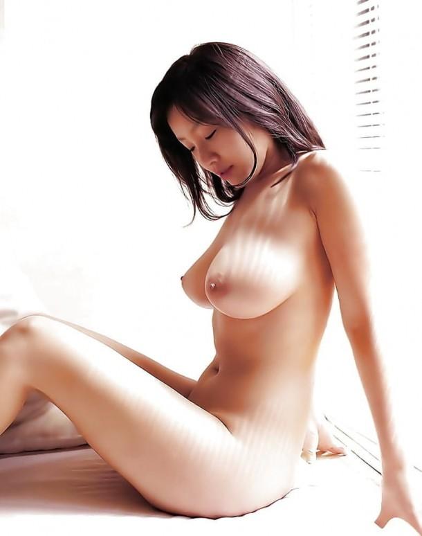 Большегрудая азиаточка горлая на подоконнике